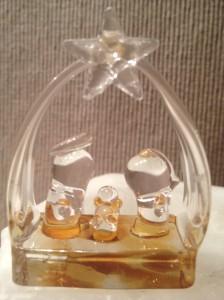 Ein Krippe, die vollständig aus Glas gefertigt ist.