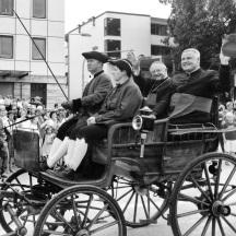 Shopping-Event oder mehr? Immerhin war auch Bischof Wilhelm Schraml Schirmherr - hier beim Festumzug im Wagen sitzend mit DK Dr. Bär.