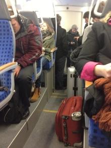 Statt auf den Gepäckablagen stehen die Koffer am Gang. Reisende müssen stehen, weil auf den Sitzplätzen Gepäck lagert.