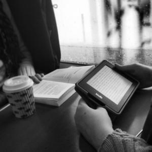 eBook vs.Buch. eBook-Reader verändern das Leseverhalten in der Öffentlichkeit - z. B. auch im Zug.