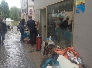 "Vor ""Bernhard's Corner Shop"" am Oberen Sand trocknet das Mobiliar."