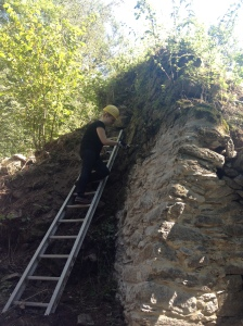 Mit Schutzhelm und Arbeitshandschuhen reinige ich die historischen Fugen der Burgruine, bevor sie neu verfugt werden können.