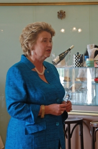 Urenkelin & Fürstin Anita von Hohenberg empfängt zahlende Gäste in ihrem Schloss-Café.
