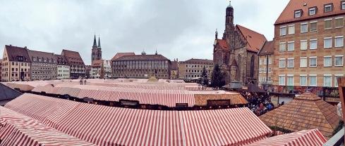 """Über den """"Dächern"""" des Christkindlesmarktes am Hauptmarkt in Nürnberg"""