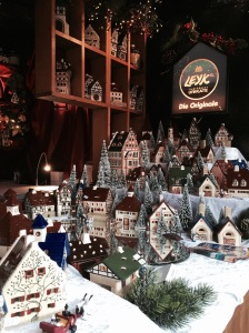 Auf dem Christkindlesmarkt gibt es relativ viele traditionelle Waren zu kaufen - wie z. B. beleuchtete, typisch fränkische Fachwerkhäuser.