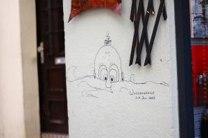 Meine Heimatstadt Passau hat mehr als Hochwasser(tourismus) zu bieten. Hier wurde der Wasserstand im letzten großen Hochwasser künstlerisch markiert. (Foto: Winderl)