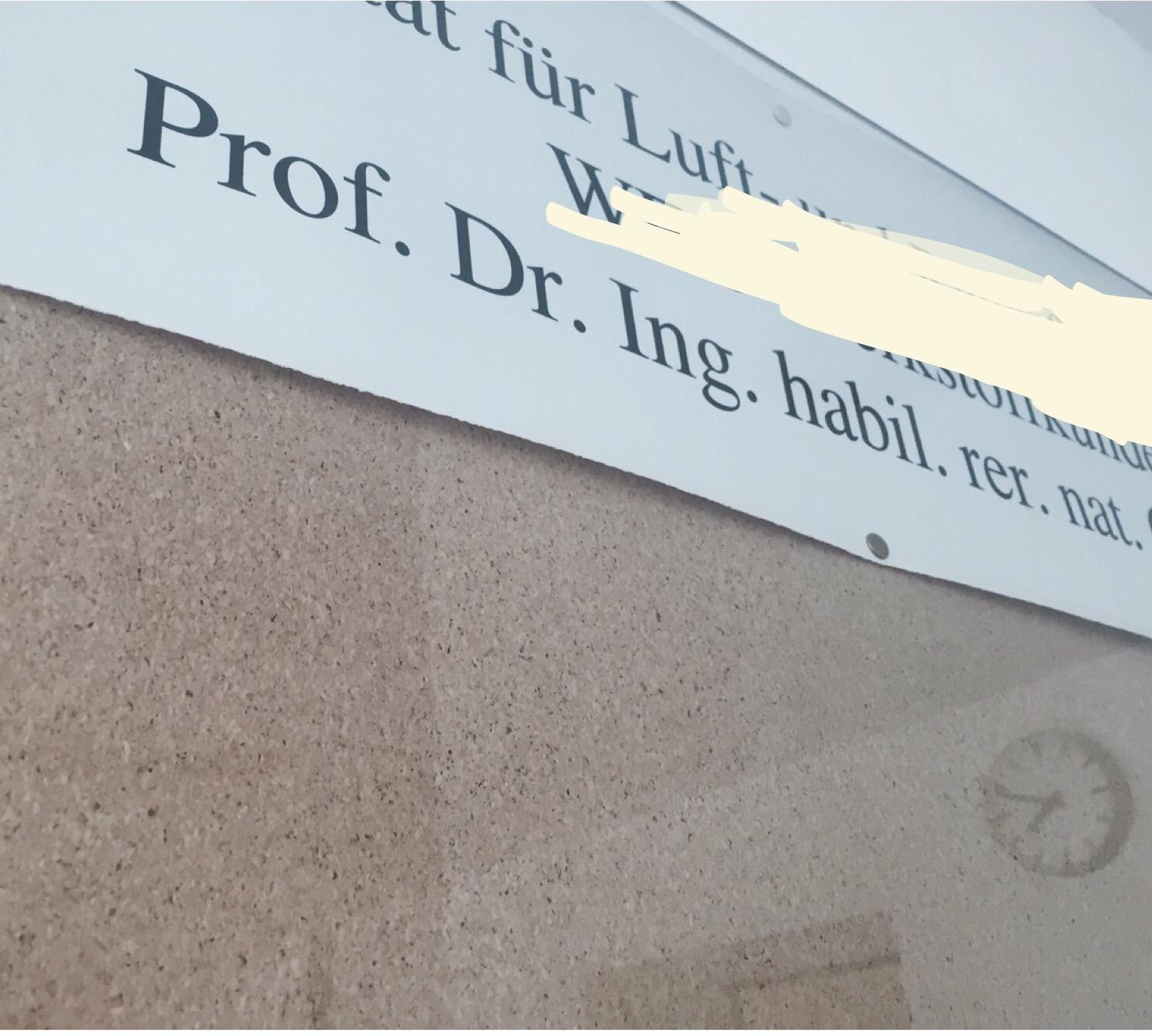 Die Titel der Unilehrer sind zwar auf dem Namensschild oft voluminös, aber  nicht alle gehören