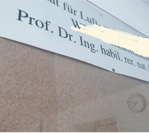 Die Titel der Unilehrer sind zwar auf dem Namensschild oft voluminös, aber nicht alle gehören in die (schriftliche) Anrede. Wie spreche ich meinen Professor richtig an? Oft ist das eine große Hürde für Studierende - nach diesem Text wisst ihr, wie es richtig geht! (Foto: Winderl)